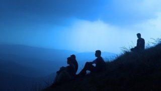 山を登る男性たち